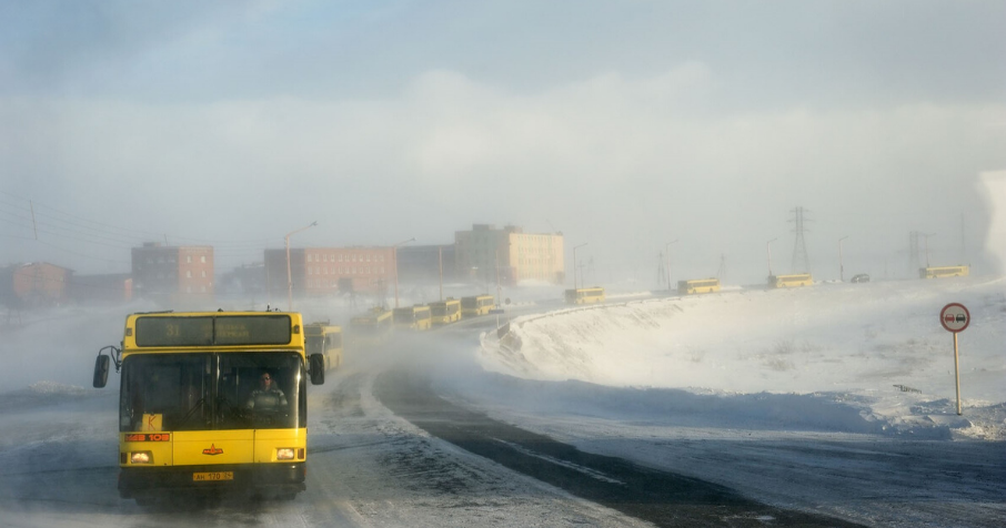 Bus pour l'usine. Ville de Norilsk (Russie). Photo du reportage Days of Night – Nights of day d'Elena Chernyshova.
