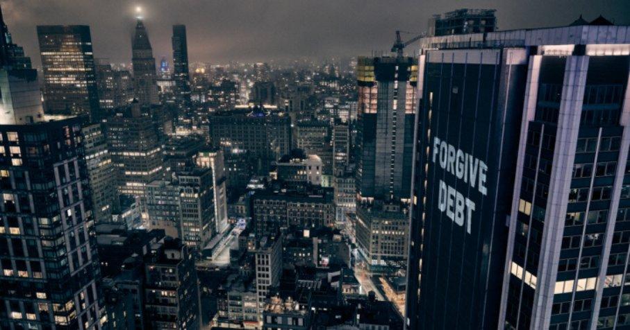 © Illuminator : le collectif militant Illuminator a projeté le 28 mars sur un immeuble de Manhattan à New York (Etats-Unis) des revendications pour un système de santé universel, l'hébergement des sans-abris et l'annulation des loyers.