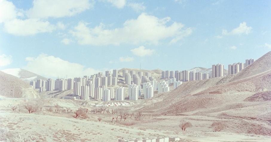 """Série """"Cast Out of Heaven"""", une vue des bâtiments inachevés dans la nouvelle ville de Pardis, à 17 km au nord-est de Téhéran (Iran) © Hashem Shakeri"""