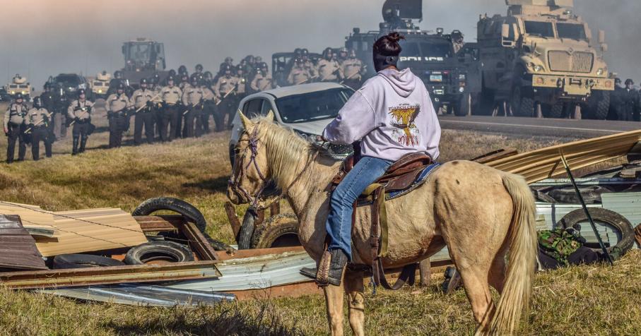 Mega Mae, femme Lakota en lutte pour protéger les eaux du Missouri et la souveraineté des peuples autochtones aux Etats-Unis © Ryan Vizzions